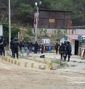 Policía contratada por la empresa minera.