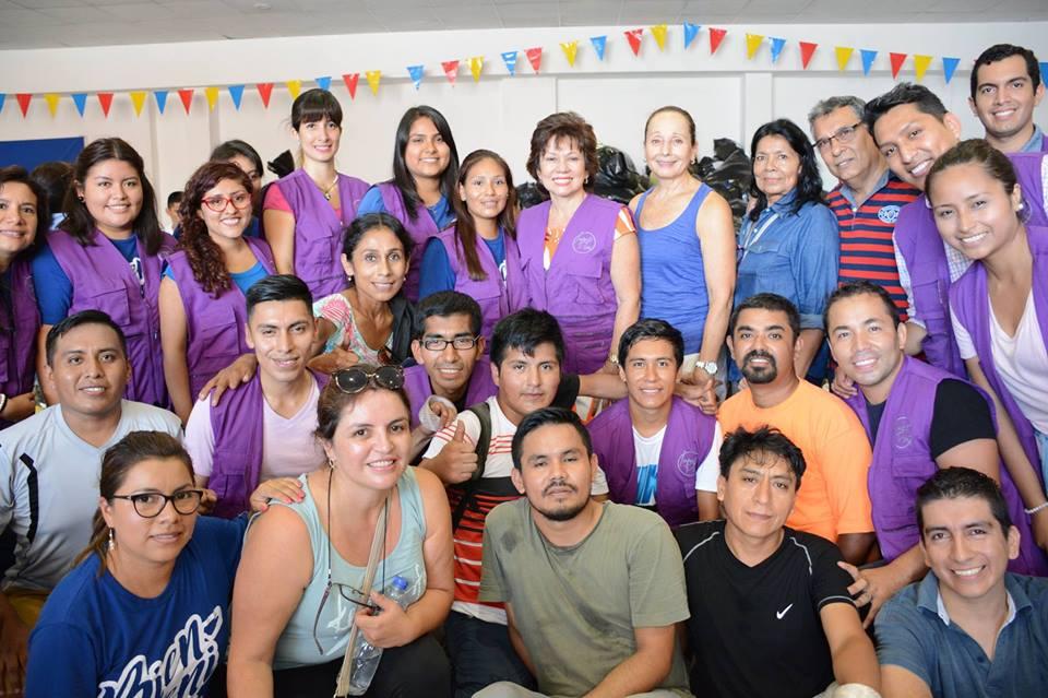 Mirta Lazo, pastora de Agua Viva, junto a parte del equipo de la ONG IMPACTO Perú. Fotografía: Facebook Impacto Perú.