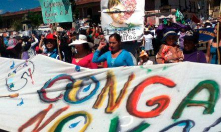 """<H1>Violencia, género y territorio: conoce las historias de las defensoras del agua de Conga</H1>-<p style='font-weight: normal;'>""""¿Por qué no te has quedado cuidando a tus hijos?"""". Esa fue una de las frases que más escucharon las comuneras durante sus protestas en contra de la ejecución del proyecto minero Conga por la eventual contaminación de sus fuentes de agua: las lagunas y los bofedales, en la región de Cajamarca, de acuerdo a los registros que pudo recoger del conflicto la Coordinadora Nacional de Derechos Humanos del Perú (CNDDHH).</P></H6>"""