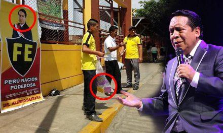 Pastor evangélico Alberto Santana regala tapers a cambio de firmas | #NegociosDeFe
