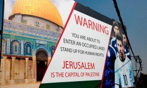 """Letrero de la campaña BDS . Dice: """"Advertencia: usted esta entrando en un territorio ocupado. Levántese por los derechos humanos. Jerusalén es la capital de Palestina."""