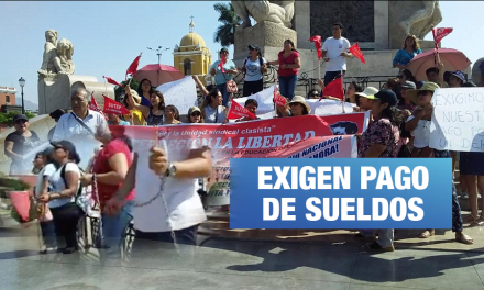 Trujillo: Maestros se encadenan ante falta de pago de remuneraciones