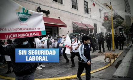 Policía reprime a trabajadores de salud que protestan por la eliminación del régimen CAS